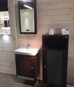 Mindre massiv badrumsunderskåp med tvättställ